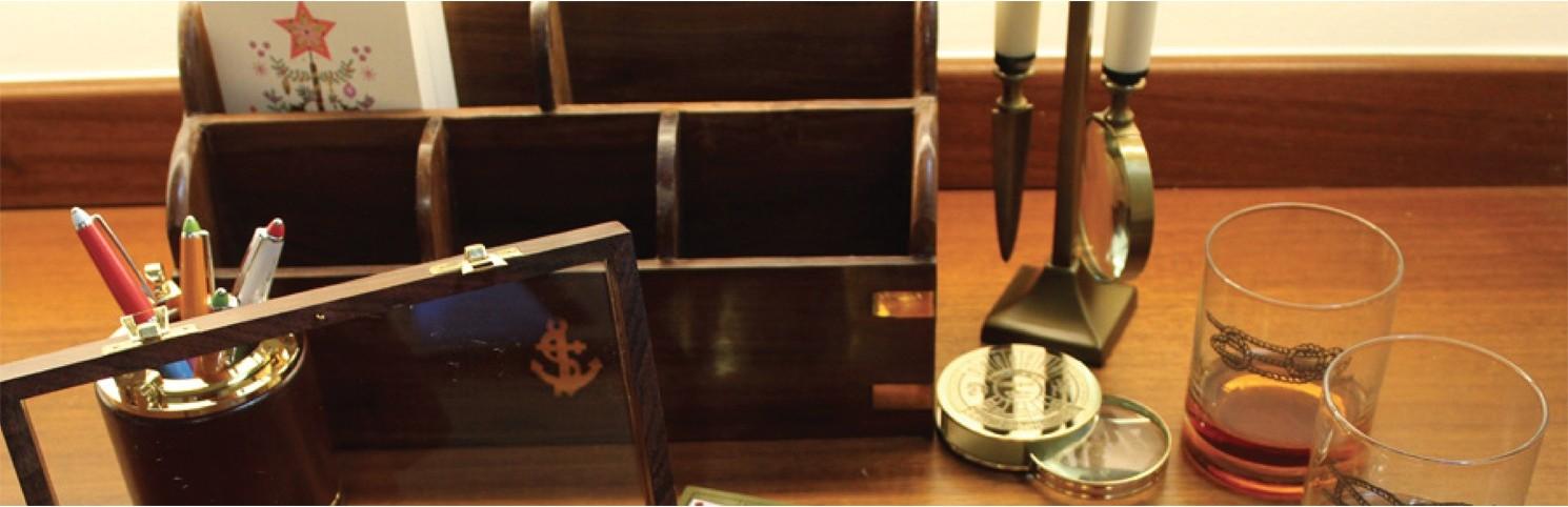 targetero, lapicero, lupa, abre-cartas, calendario, reloj, escritorio, organizador